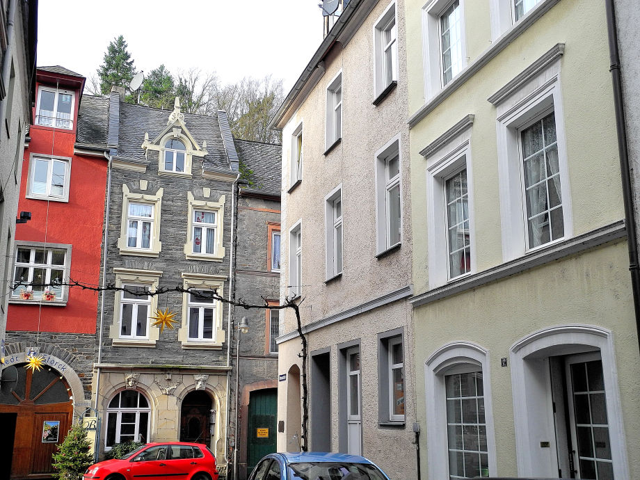 Rechts unser Altes Winzerhaus - links Weinprobe