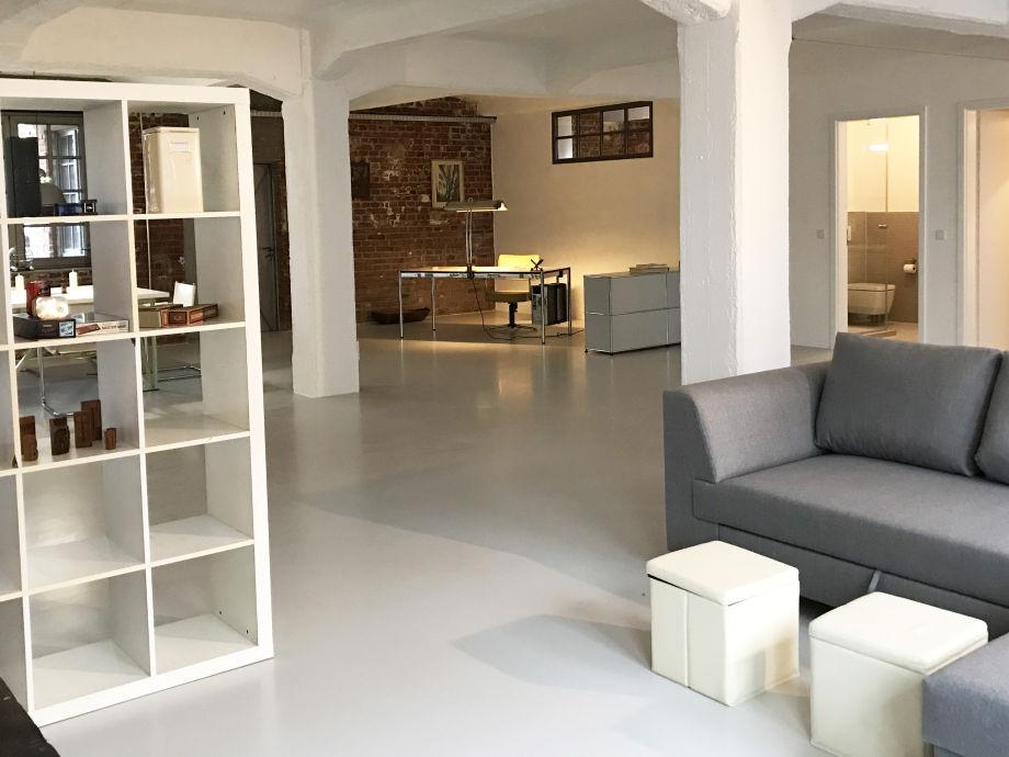 Wohnzimmer mit Blick auf den Arbeitsbereich