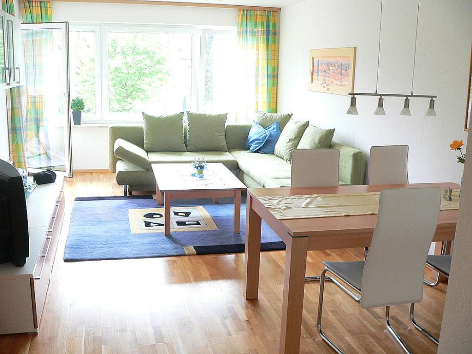 Das helle Wohnzimmer mit Essbereich