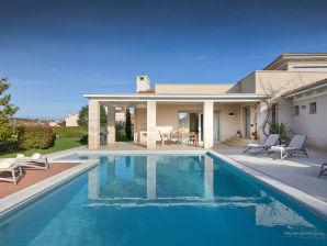 Villa Luxuria with private pool, beach 100m