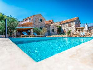 HR56 Villa Angie