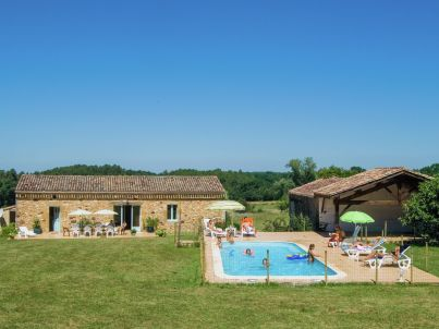 Maison au milieu des champs avec piscine