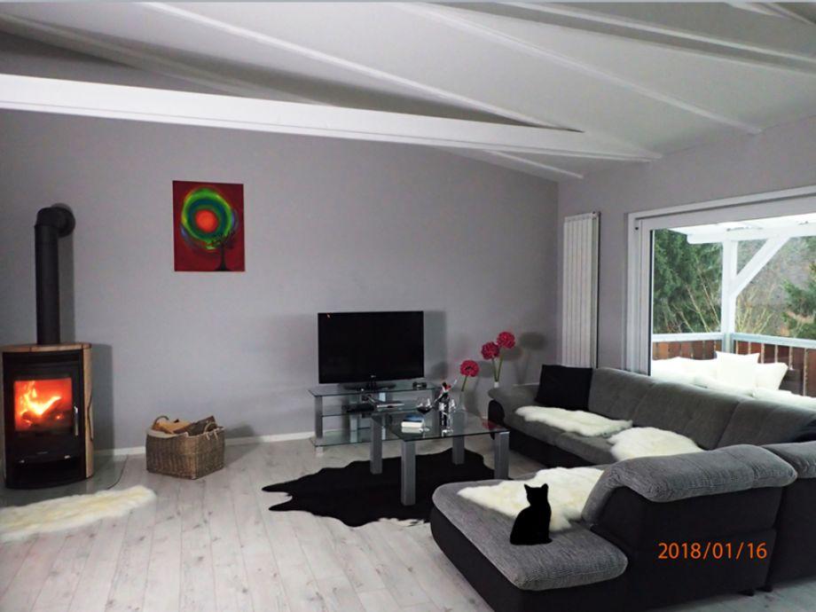 Wohnzimmer mit Flachbildfernseher & Kamin