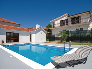 Holiday house with pool, 1 km from centre