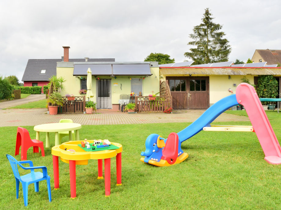 Spielplatz und Wiese vor dem Haus