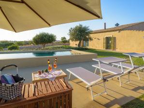 Psyke, Villa mit Pool umgeben von Golfplätzen