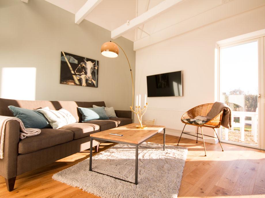 Wohnzimmer mit großem Sofa, Smart TV und Weitblick