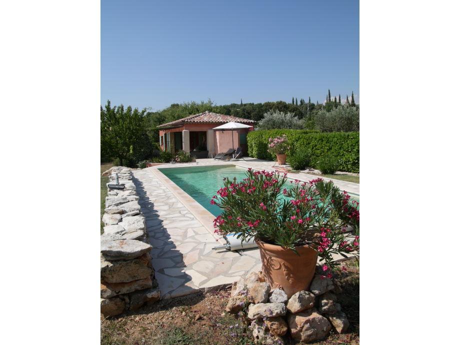 Blick über den Pool auf die Gîte