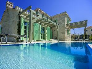 Villa Zelda with private pool, 2 km beach