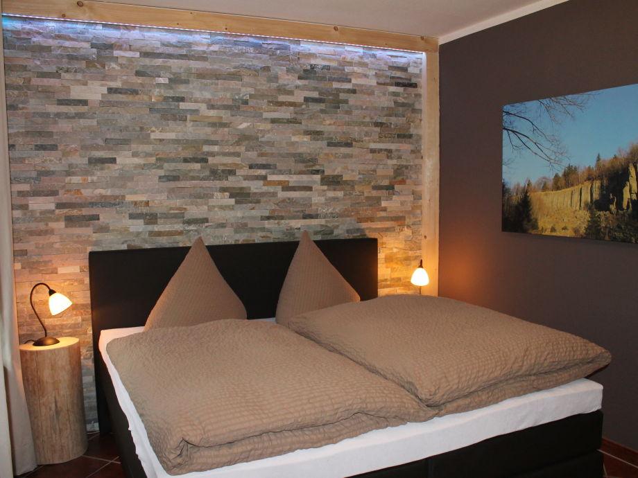 Schlafzimmer mit großem Boxspringbett