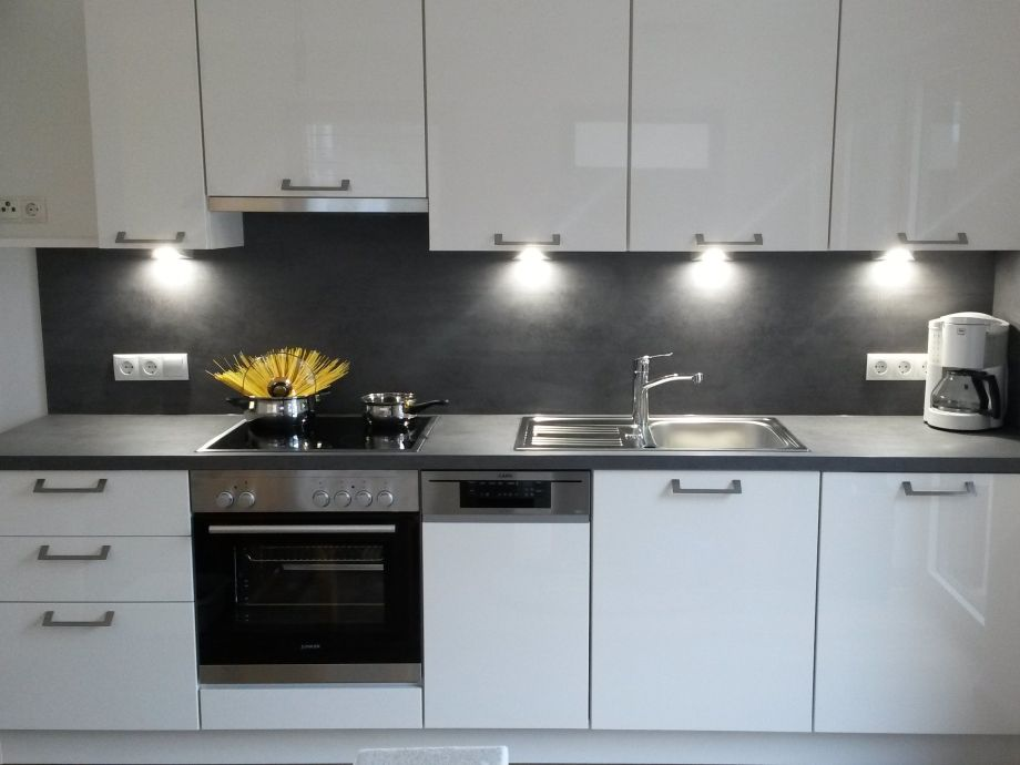 neue moderne Küchenzeile mit guter Ausstattung