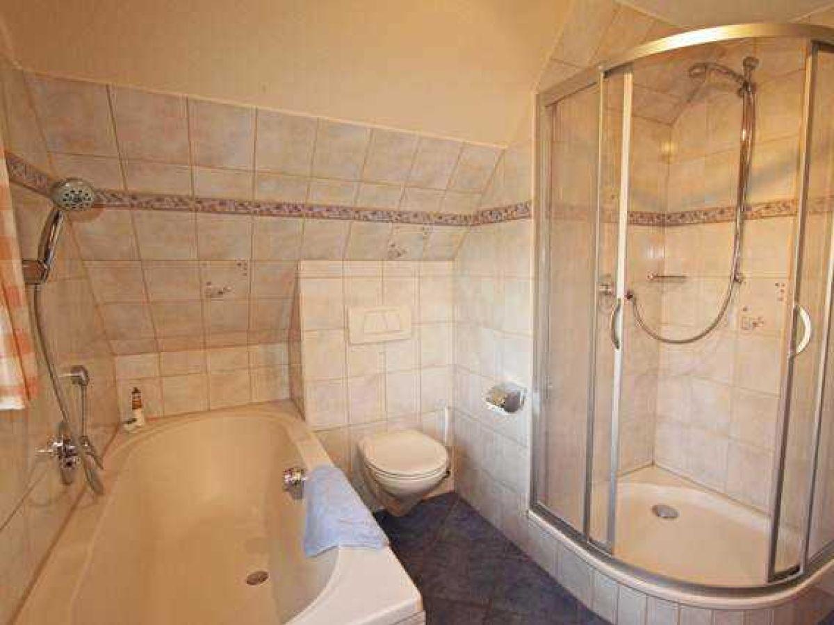 Ferienwohnung landtraum schleswig holstein oevenum - Badezimmer mit dusche und badewanne ...