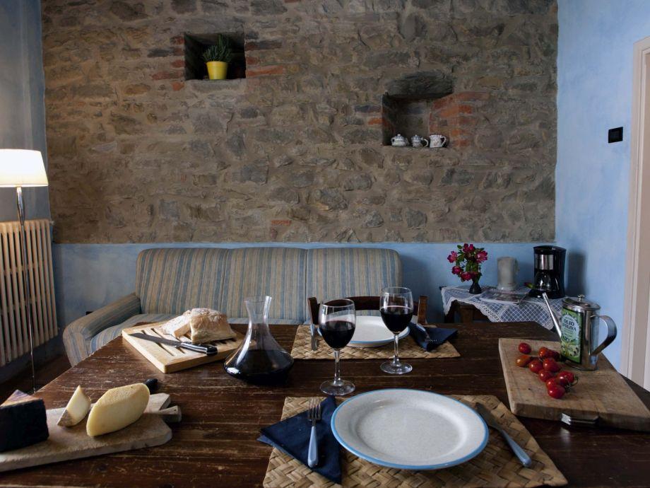 Wohnküche mit schöner Natursteinmauer