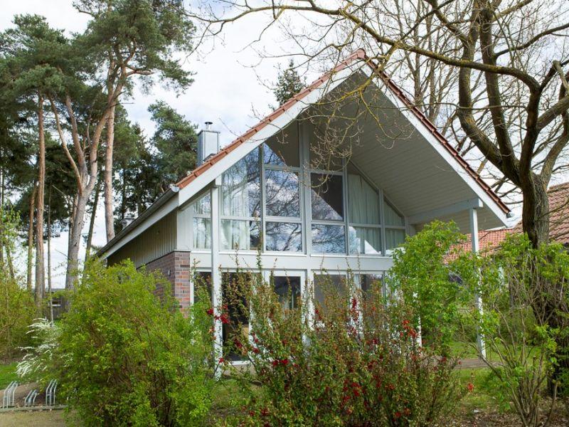 E 3 - Ihr modernes Ferienhausglück mit Außensauna & großem Garten in Röbel