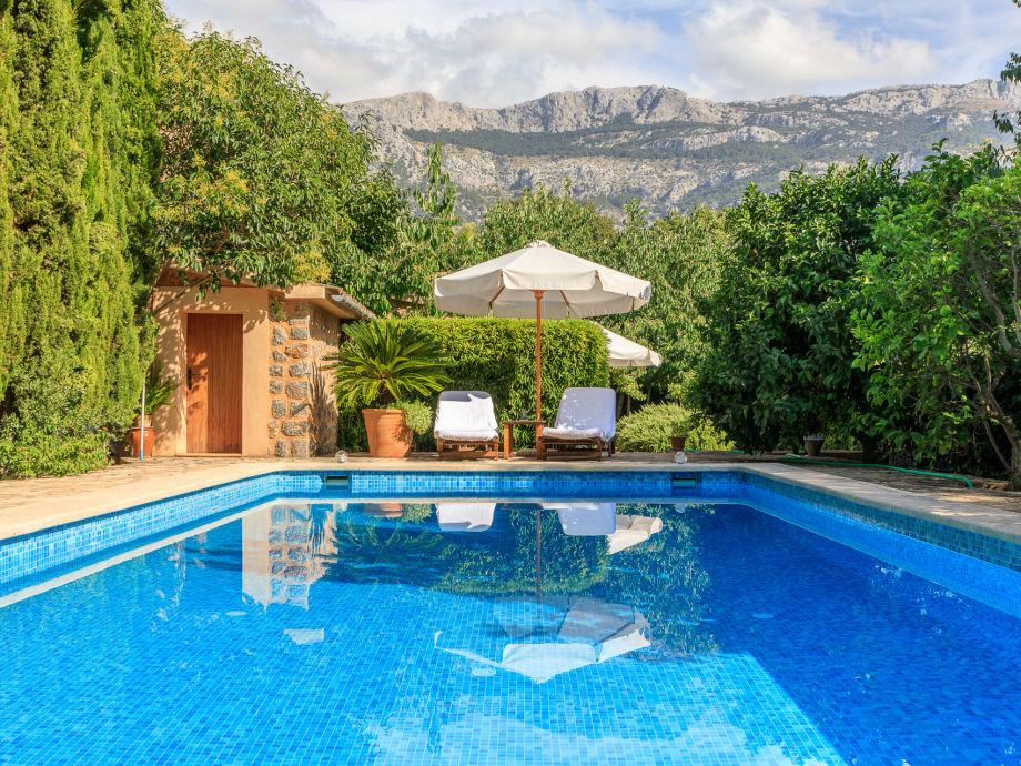 Pool und Berge