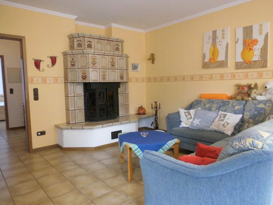 geräumiges Wohnzimmer mit Kachelofen