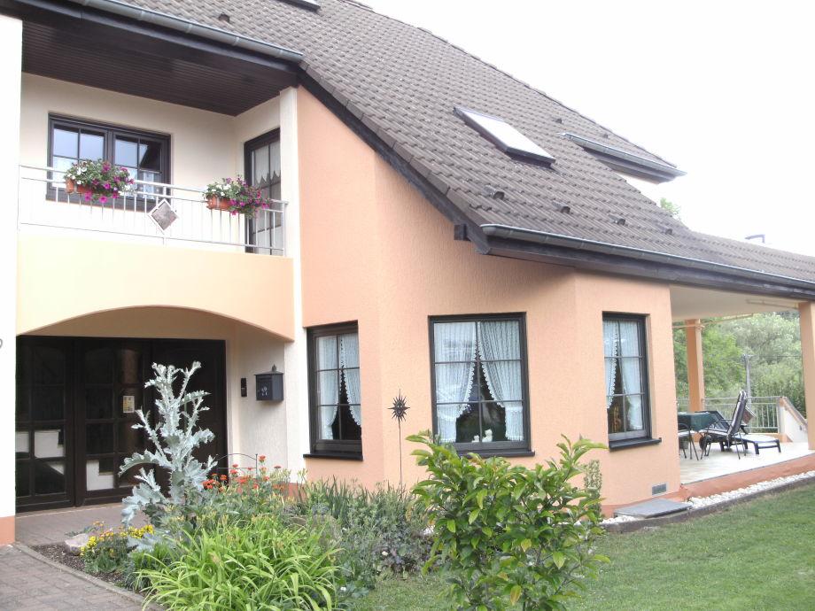 Das Ferienhaus mit Blick auf die überdachte Terrasse