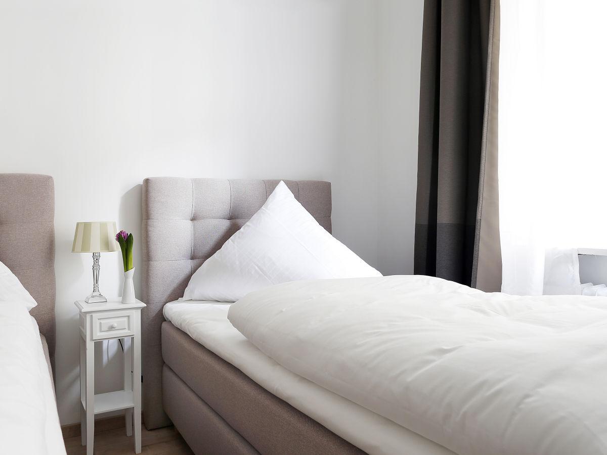 ferienwohnung typisch berlin west grand 5 bedrooms. Black Bedroom Furniture Sets. Home Design Ideas