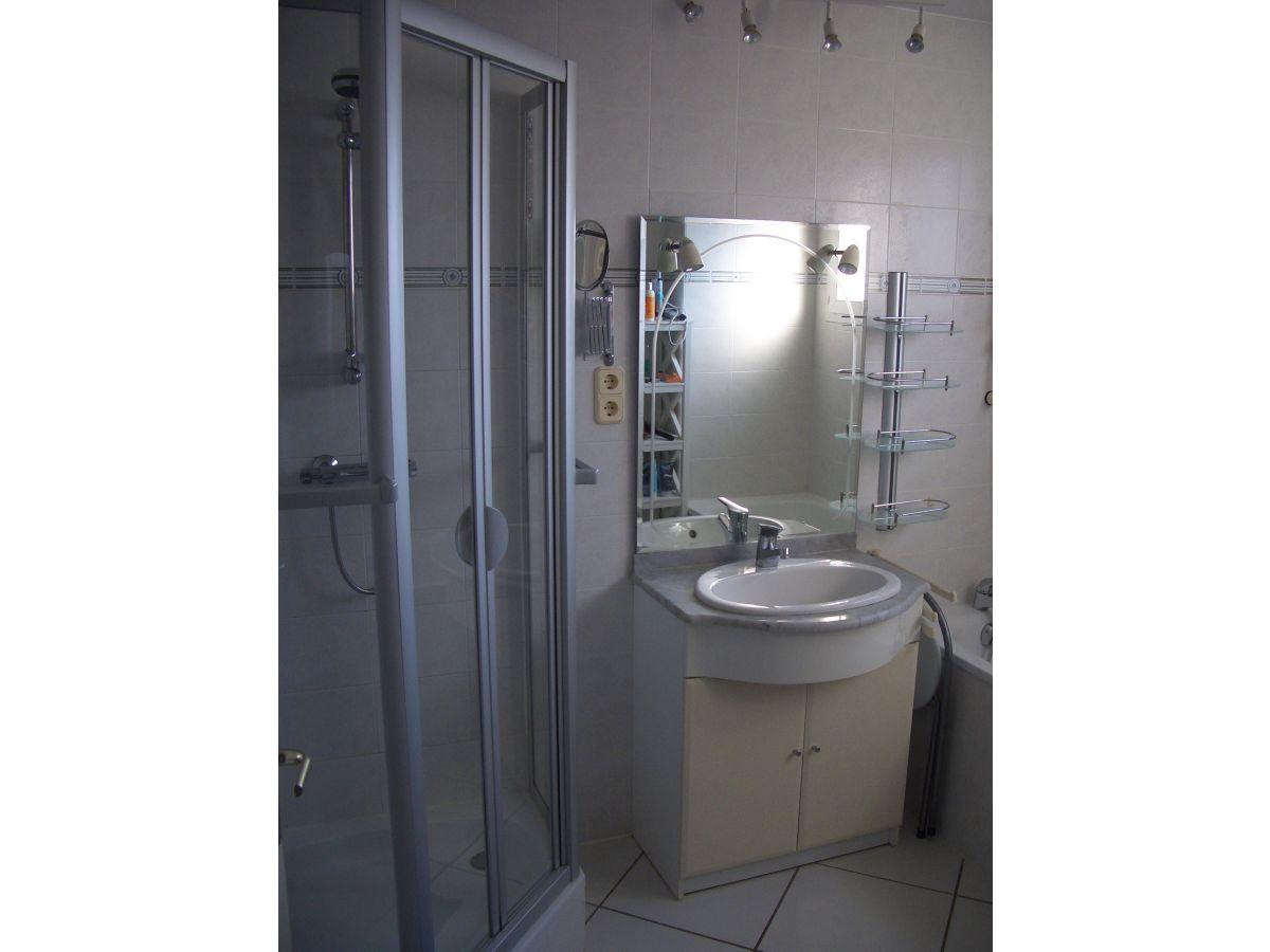 Ferienhaus la baie du levant 12 gruissan herr stephan for Badezimmer mit dusche und wanne