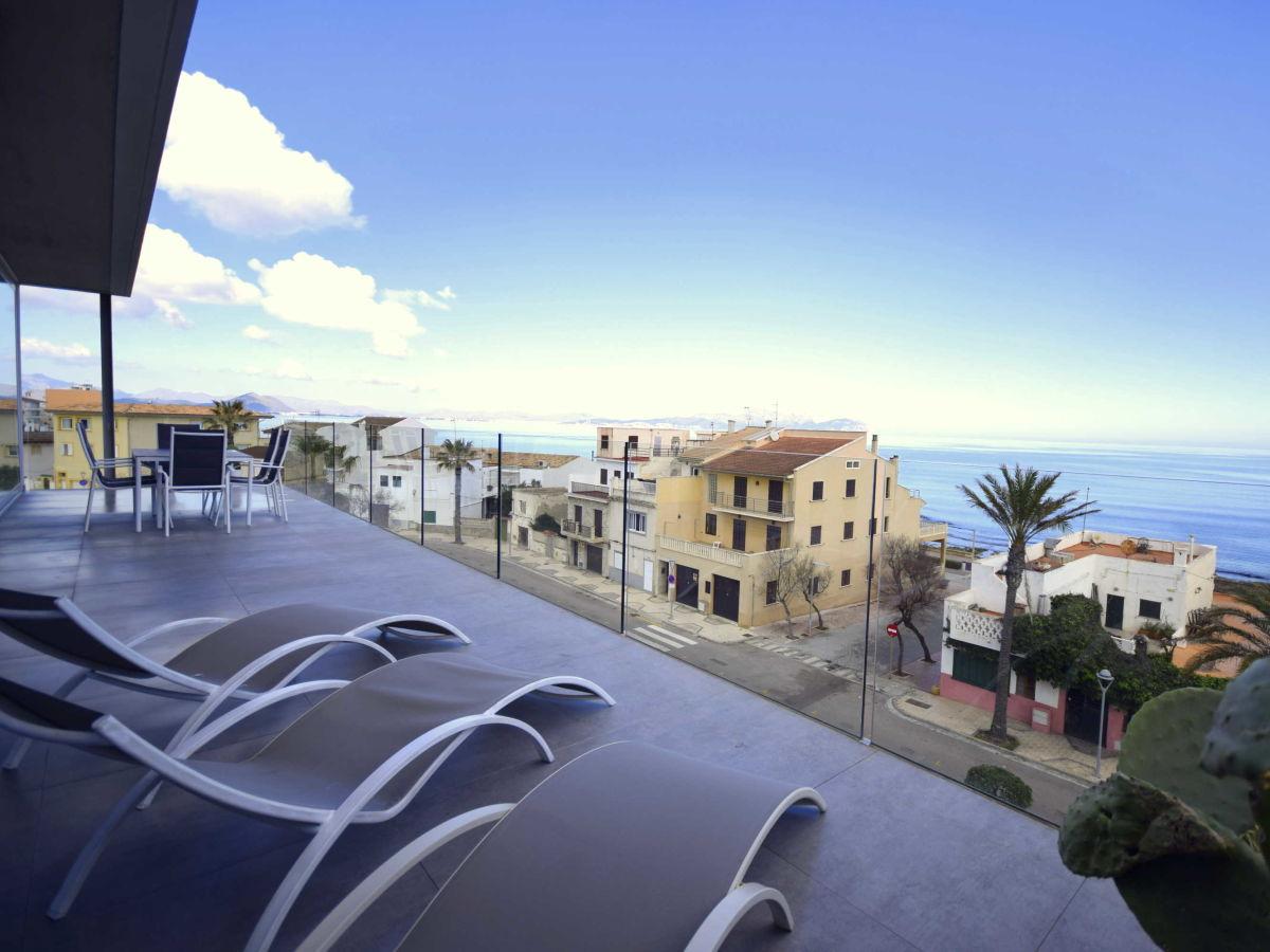 In der Ferienregion Mallorca Can Picafort Terrasse im 2 Stock mit Sonnenliegen und traumhaftem Meerblick
