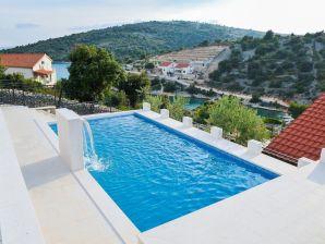Ferienhaus mit Pool und großartigem Ausblick
