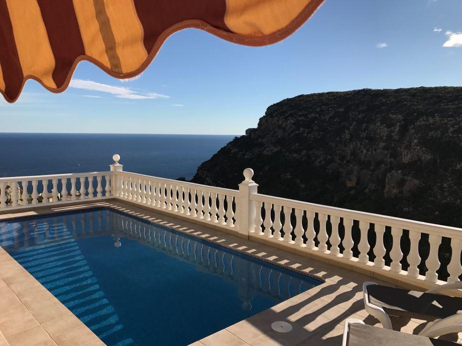 Traumhafter Meerblick über den beheizten Pool