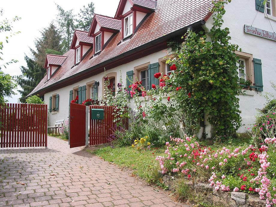 Das Bauernhaus liegt in Ortsrandlage und ist eingezäunt