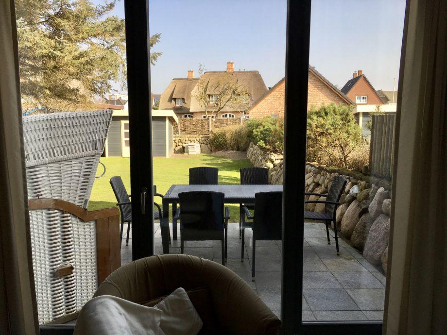 Der Blick aus dem Wohnzimmer in den Garten.