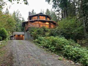 Holiday house Cabin #13 – HOT TUB, PETS OK, WIFI, SLEEPS-8!
