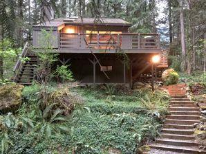 Holiday apartment Cabin #26 – HOT TUB, GAMESROOM, BBQ, SLEEPS-8!