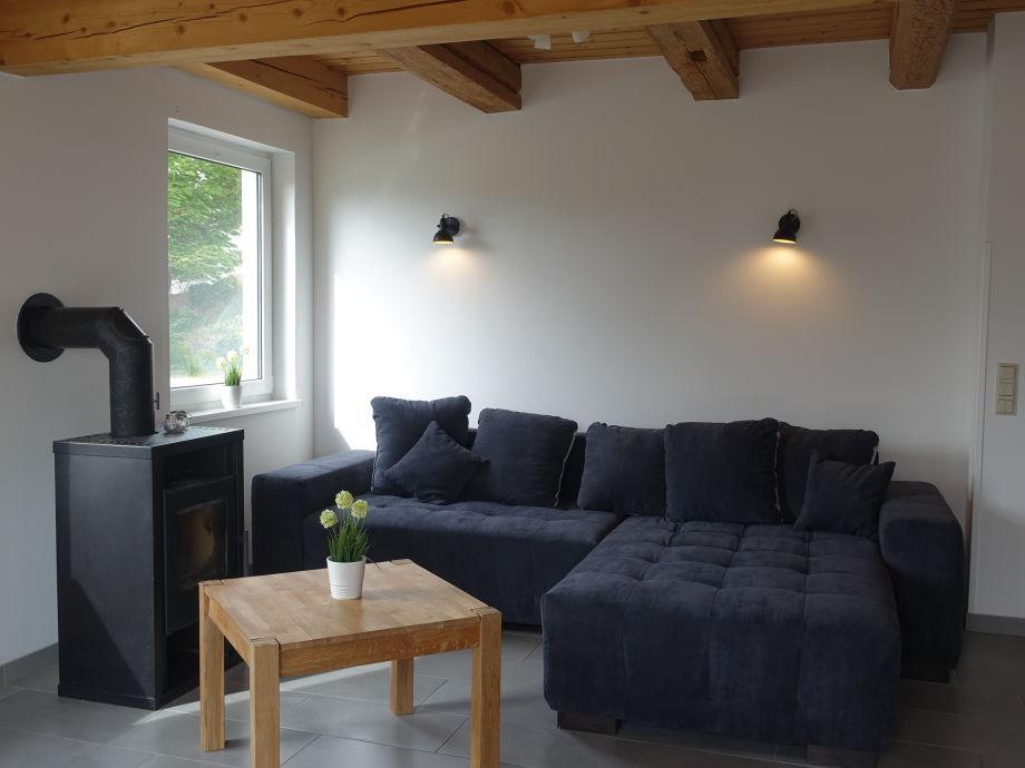 Wohnzimmer Mit Kamin, TV, Sofa Und Leseecke