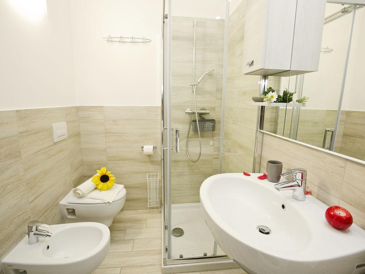 apartment casa rosa 2391 gardasee desenzano del garda firma happy holiday homes frau. Black Bedroom Furniture Sets. Home Design Ideas
