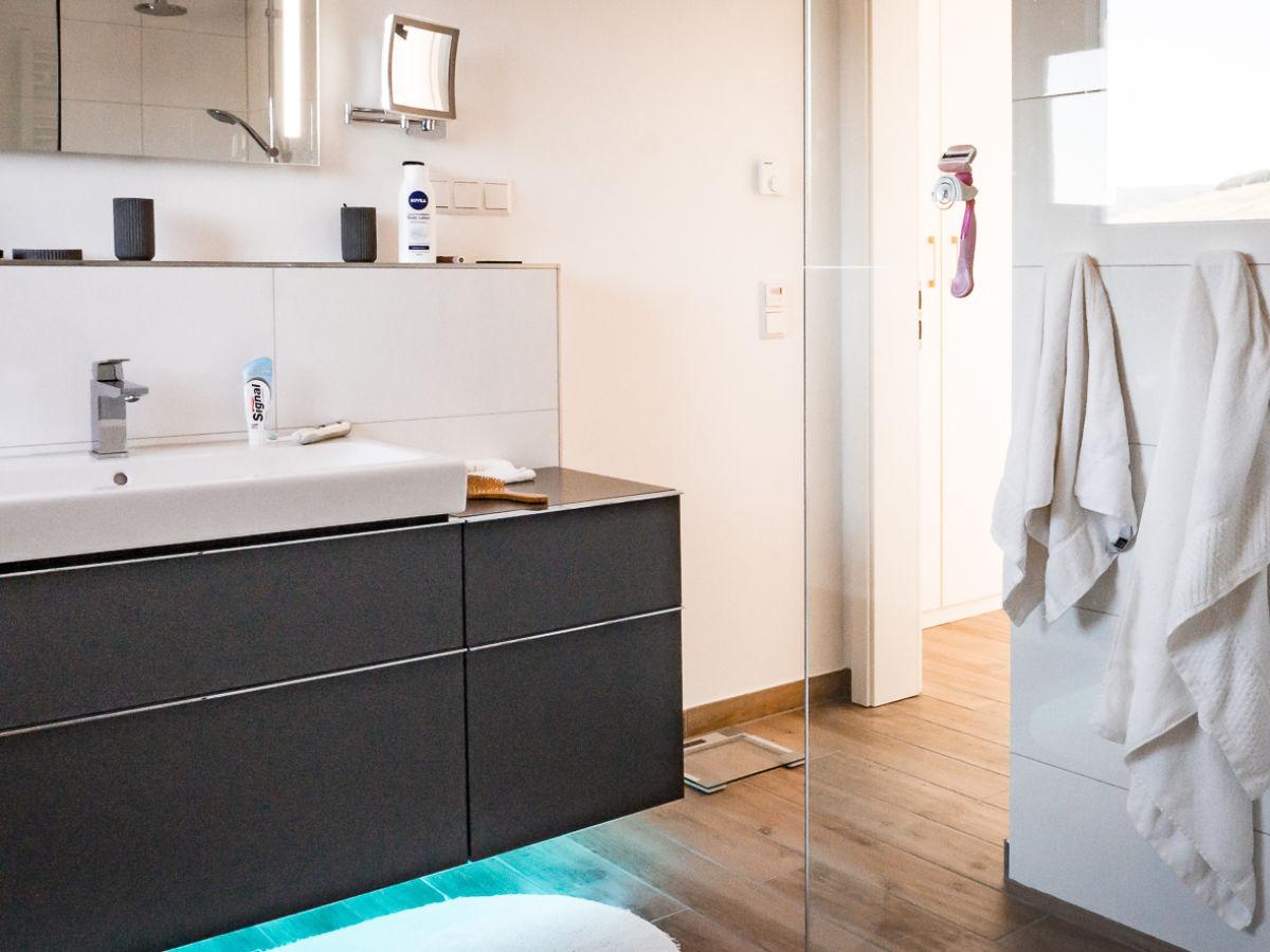 Ferienhaus villa akazia bernkastel kues firma for Badezimmer mit dusche und wanne