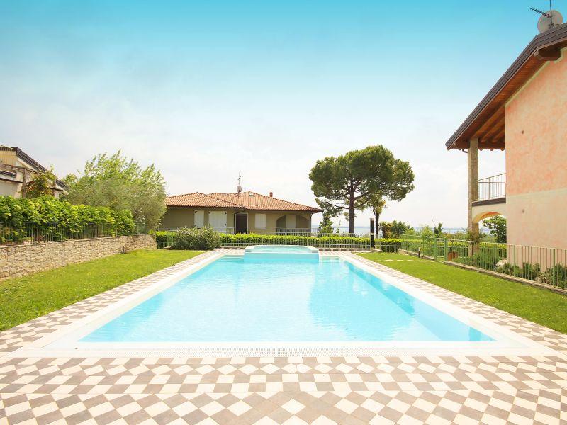 Villa Pronina. Pool und Seeblick