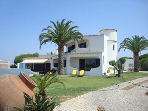 Holiday house with pool, beach nearby
