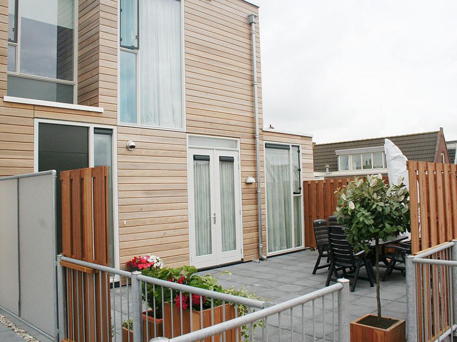 Eingang und Terrasse der Ferienwohnung de Zeeleeuw