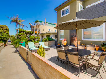 Holiday house #723-725 Newly remodeled 2 unit family retreat w/ spacious patio, steps to beach