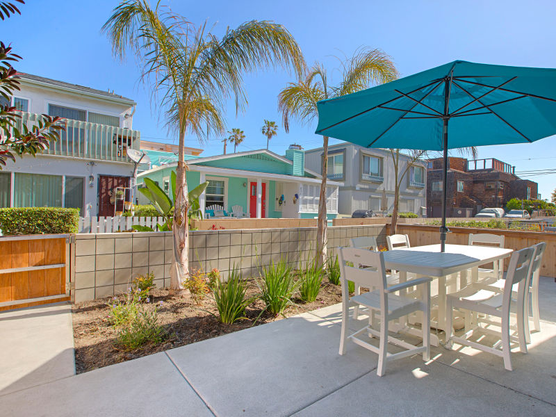 Holiday house #833- Brand-new & luxurious with AC, patio, 50 feet from Water