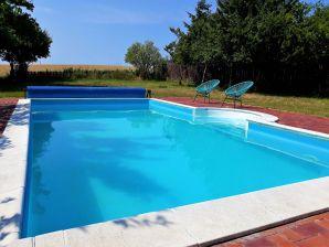 Ferienhaus Stilvolle Reetdachkate mit eigenem Pool