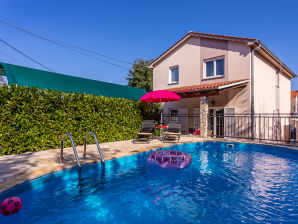 Holiday apartment with private pool, BBQ, AC