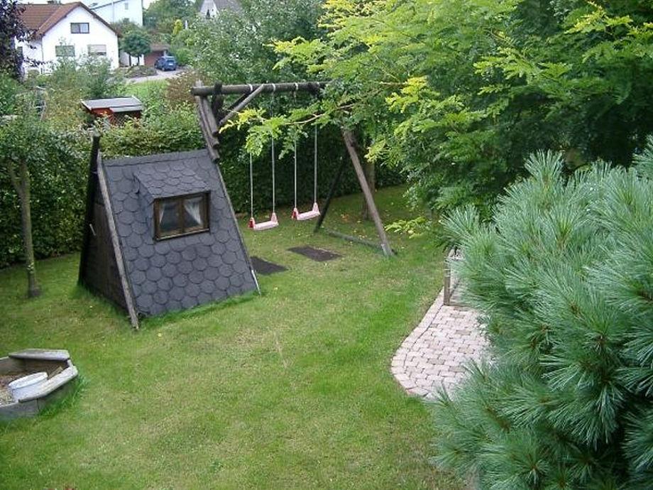 Der geräumige Garten mit viel Spielplatz für die Kinder