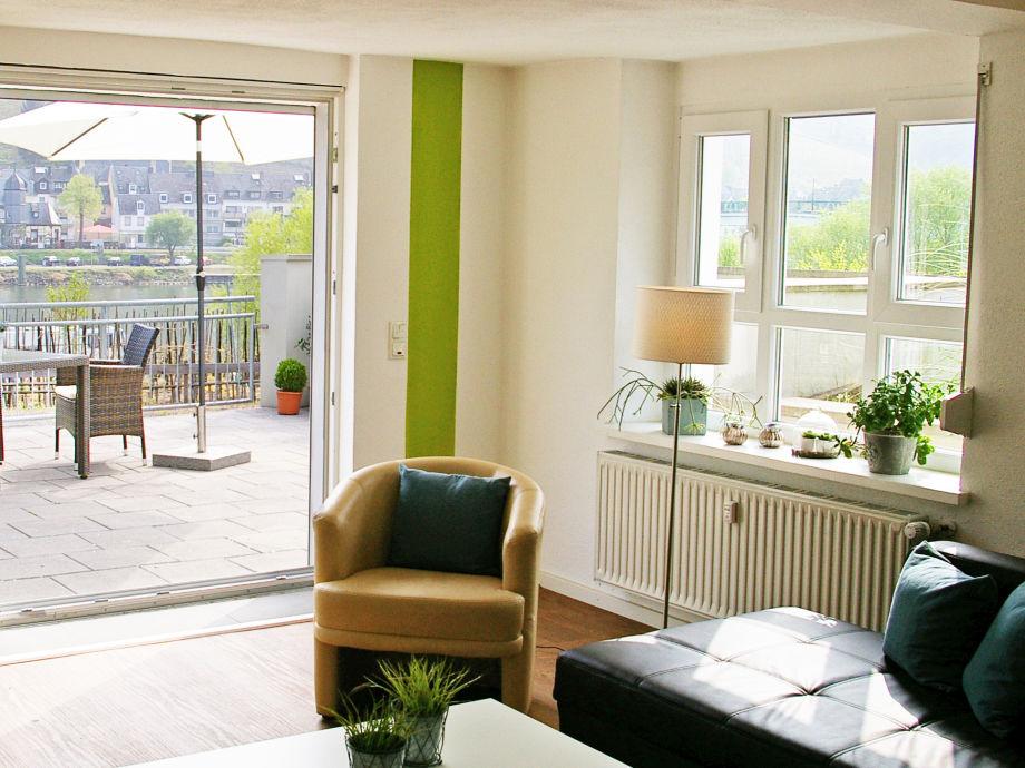 Wohnraum mit großer Fensterfront zur Mosel
