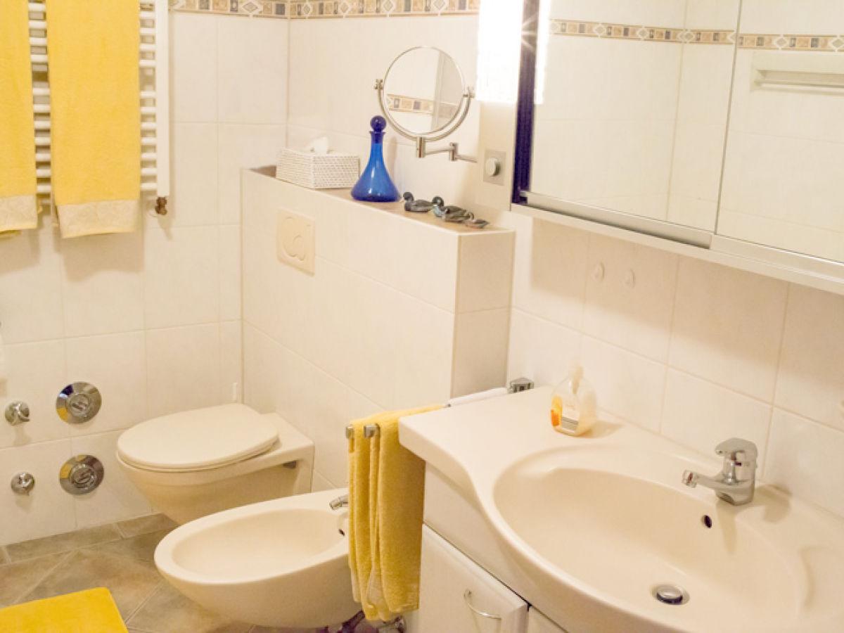 Ferienwohnung moselblick stein mosel cochem familie - Badezimmer mit dusche und badewanne ...