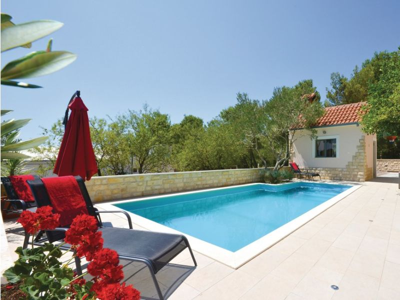 Holiday house with pool, snooker, bowling