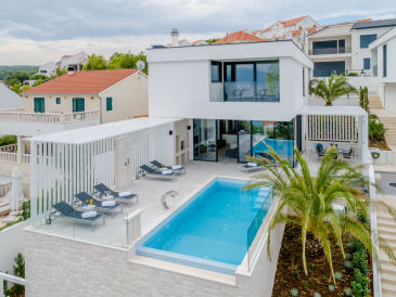 "Luxury""VillaPax"" with heated infinity pool, 10 sleeps"
