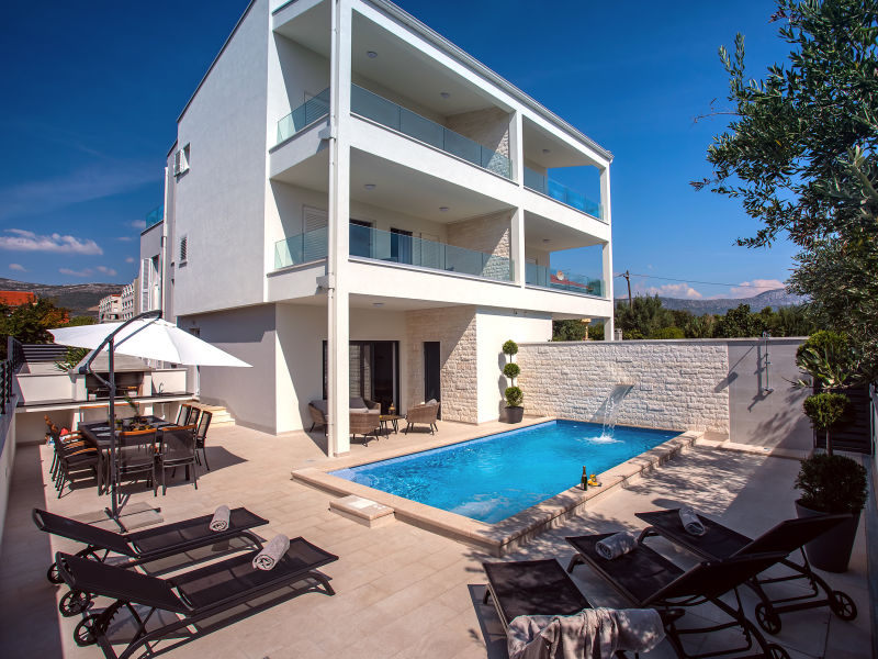 VILLA FILIP  heated pool & sauna, 5 en-suite bedrooms