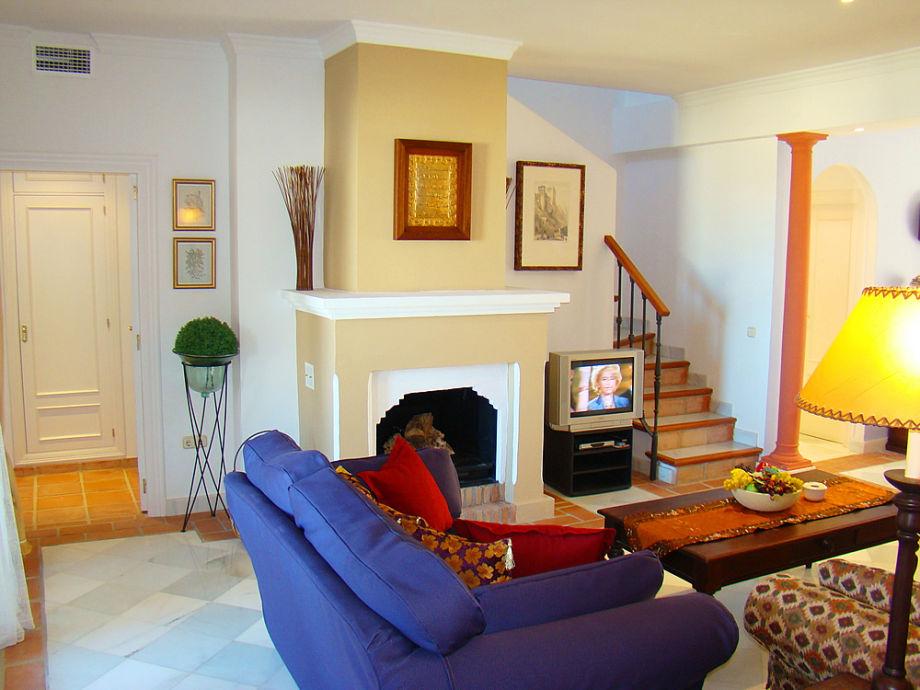 Großer Kamin mitten im Wohnzimmer