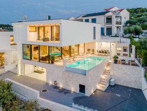 Luxury Villa Vitae with heated infinity pool, 10 slee