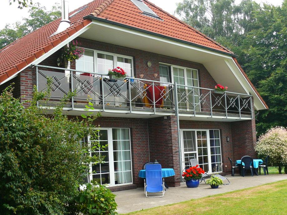 Das Ferienhaus mit Südterrasse und groben Rasen
