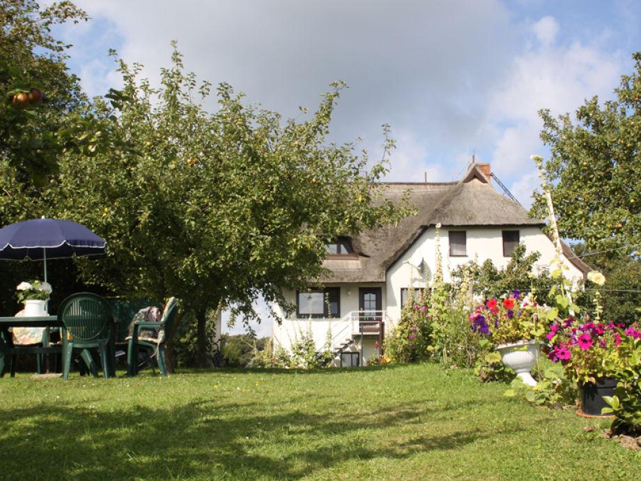 Gartenblick mit Sitzplatz unter Obstbäumen